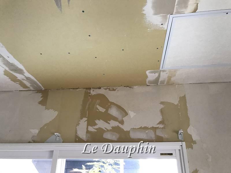 ▲壁紙を剥がした状態(天井のボードは一部貼替えています)