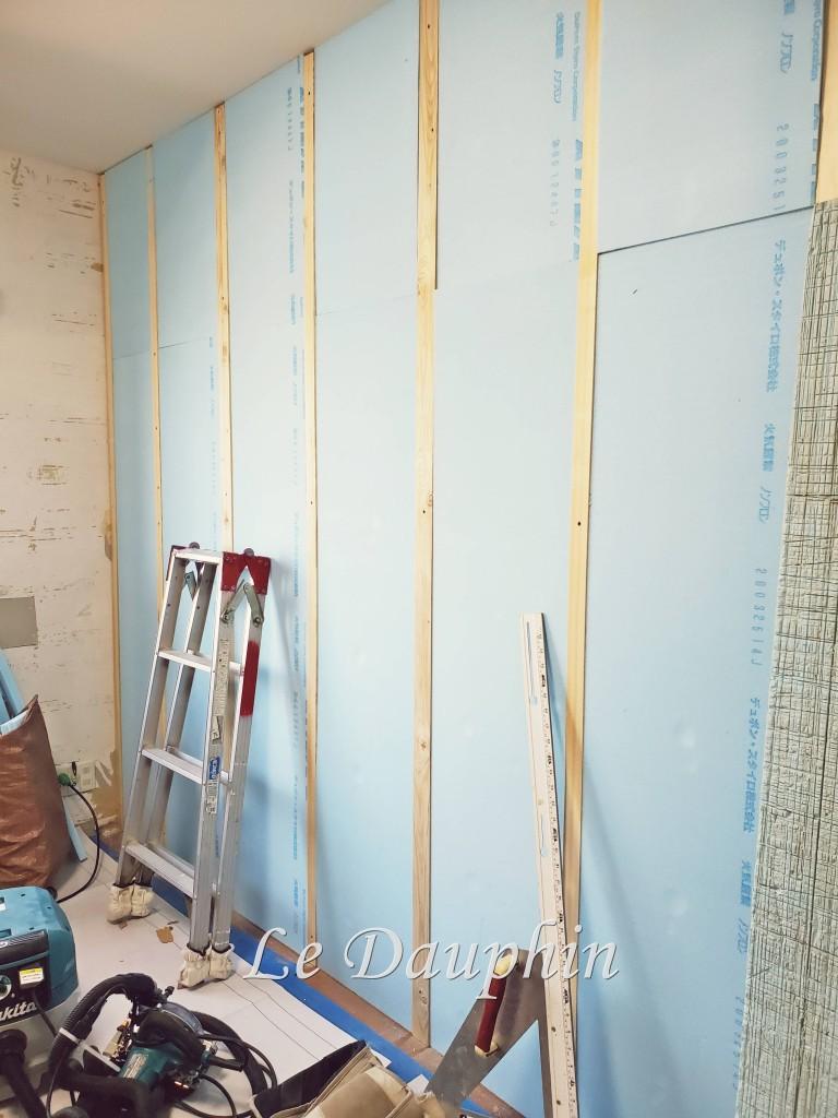 断熱材を貼った壁(工事途中)