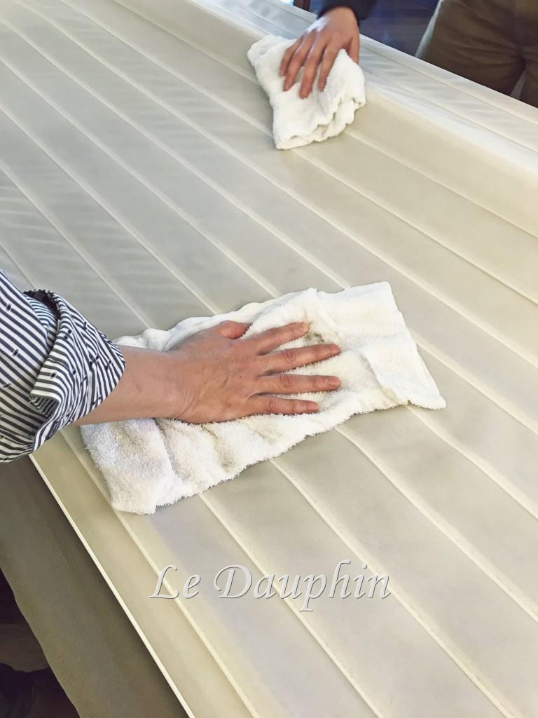 ハンターダグラス シルエットシェードを拭き上げる様子