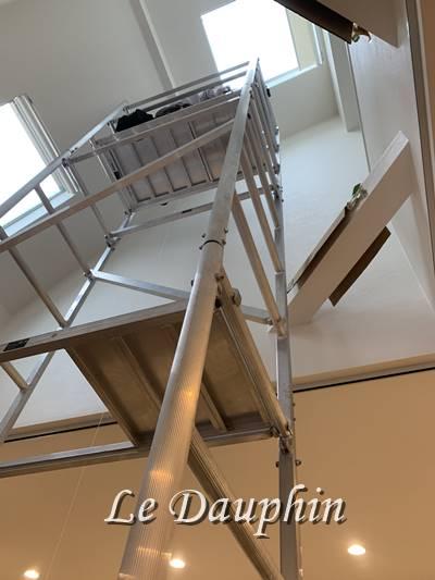 ▲ローリングタワー(移動式足場)施工の様子