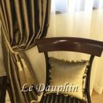 ▲アンティーク家具とカーテン