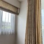 シェードは薄いベージュ系のお色の柄、カーテンはキャメル色の柄で、同空間で使用すると一段階上のコーディネート