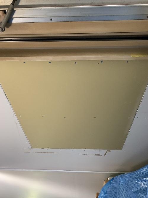 四方をきれいに整えて、新しい石膏ボードをはめていきます