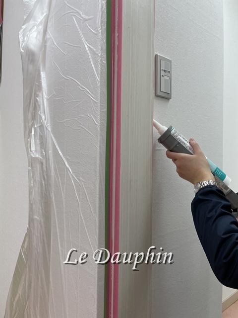 ▲コーキング材で建具枠と壁の隙間を充填している様子