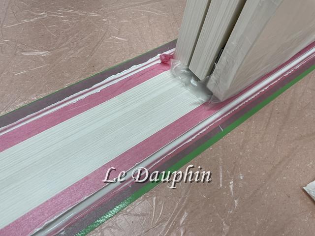 ▲床の段差を調整する敷居材のコーキングの様子