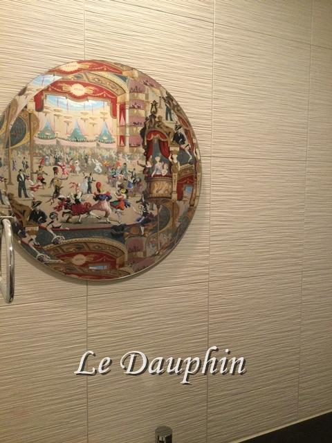 ▲Cole&Sonの壁紙が写った丸鏡